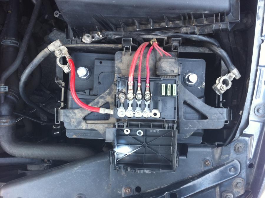 fil de masse qui fond du porte fusible de la batterie