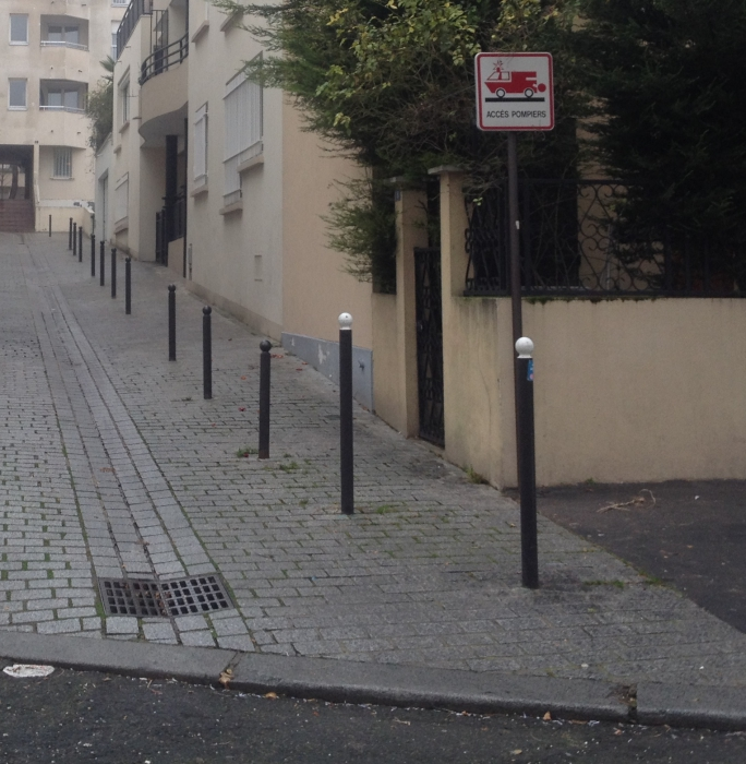 Panneau acc s pompiers et stationnement pas r glementaire for Stationnement devant garage sans panneau