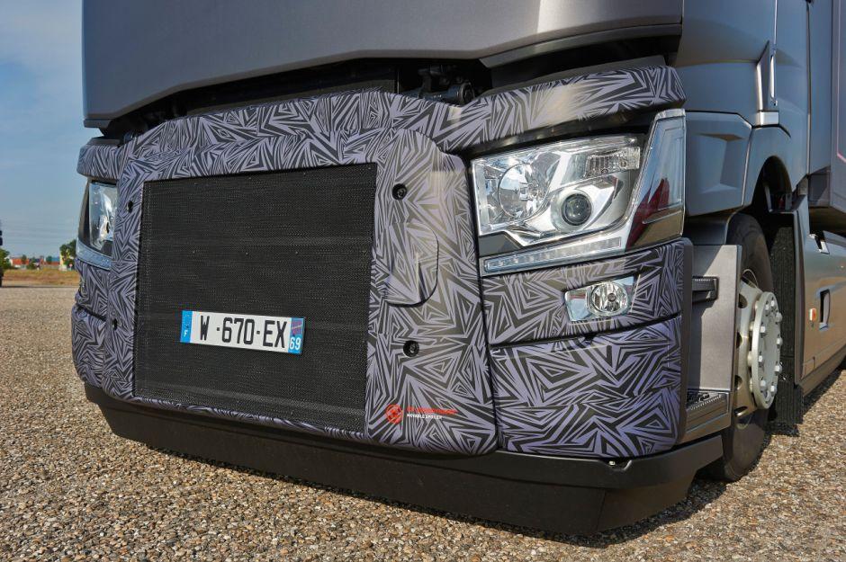 El alerón delantero es extraíble en el tractor Renault Trucks Optifuel Lab 2. Desde 50 km / h, se despliega para evacuar mejor el flujo de aire.