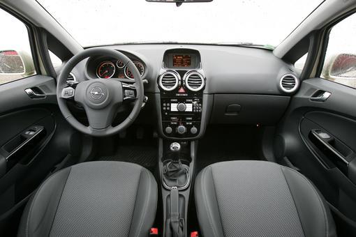 L'Opel Corsa 1.7 CDTi 125 FAP Cosmo 5 p. face à la Renault ...