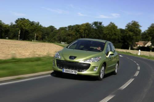 ... face à Peugeot 308 1.6 HDi FAP Premium - OPEL Astra, PEUGEOT 308