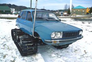 Une Renault 12 équipée de chenilles