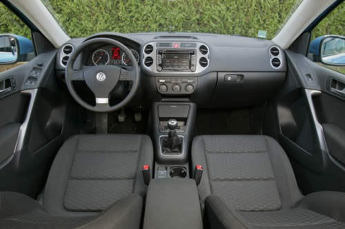 volkswagen tiguan 2 0 tdi fap confortline diesel face au toyota rav4 2 2 d photo 6 l 39 argus. Black Bedroom Furniture Sets. Home Design Ideas