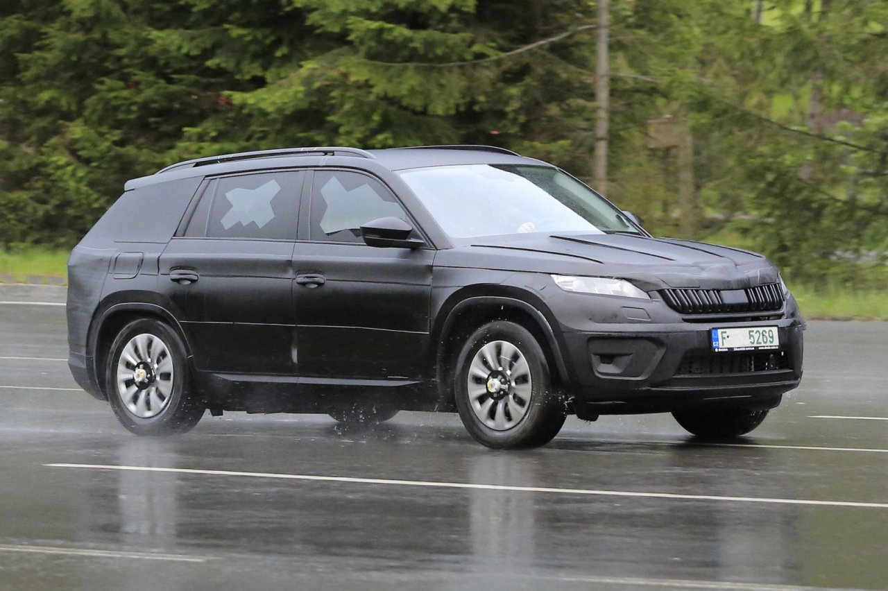 skoda kodiaq 2017 spyshot du suv 7 places de skoda l. Black Bedroom Furniture Sets. Home Design Ideas