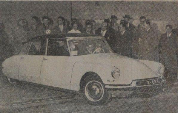 premi�re livraison Citro�n DS19 de s�rie, � la Une de L'argus du 8 d�cembre 1955.