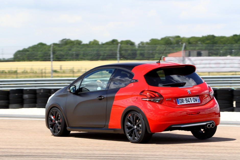essai comparatif renault clio rs trophy vs 208 gti by peugeot sport photo 5 l 39 argus. Black Bedroom Furniture Sets. Home Design Ideas