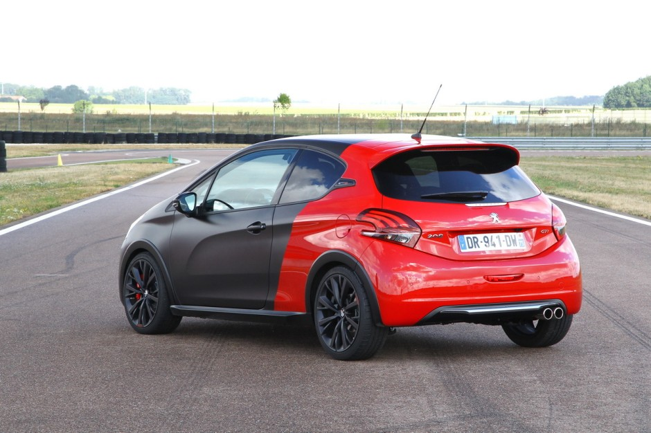 essai comparatif renault clio rs trophy vs 208 gti by peugeot sport photo 32 l 39 argus. Black Bedroom Furniture Sets. Home Design Ideas