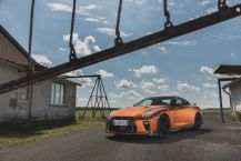 Nissan GT-R orange statique avant gauche