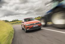 VW Tiguan orange travelling avant sur route