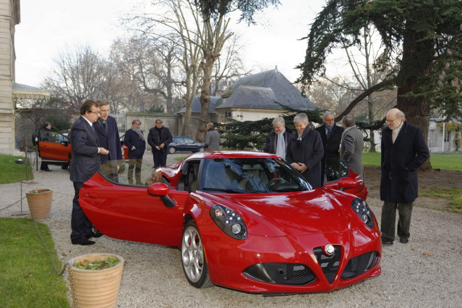 l 39 alfa romeo 4c lue plus belle voiture de l 39 ann e 2013 photo 1 l 39 argus. Black Bedroom Furniture Sets. Home Design Ideas