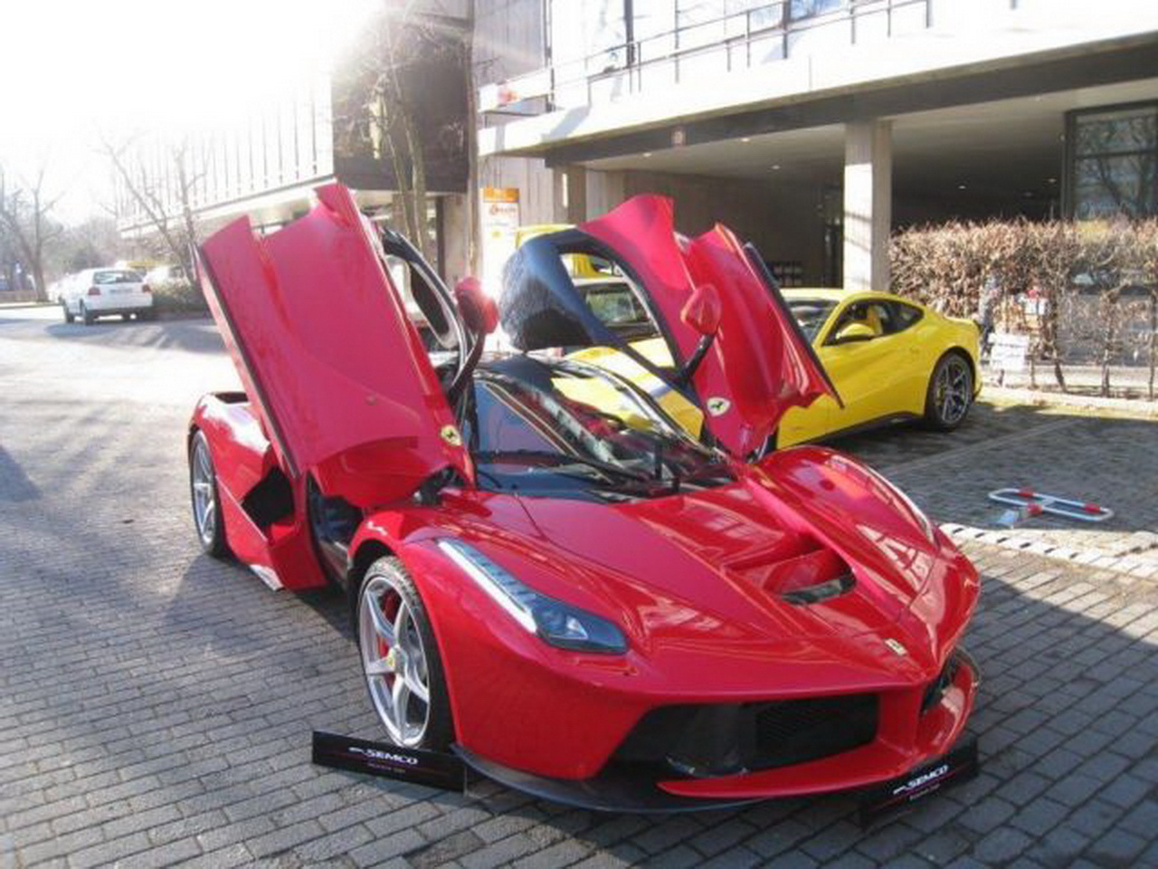 ferrari d 39 occasion le prix de laferrari cr ve le plafond. Black Bedroom Furniture Sets. Home Design Ideas