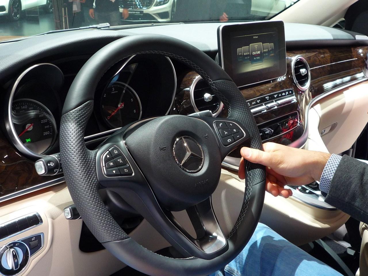 Mercedes benz classe v le mercedes classe v revoit ses for Interieur v klasse