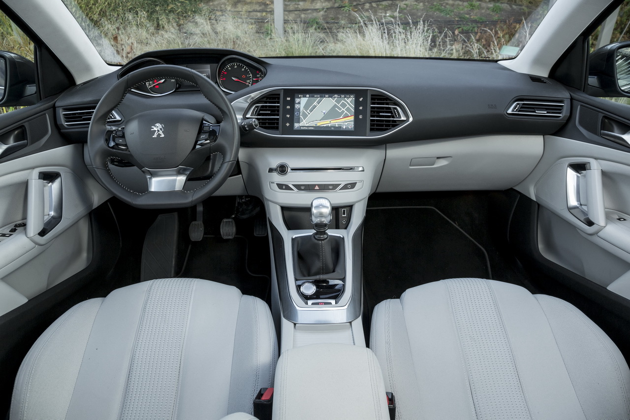 Essai comparatif renault m gane 2014 vs nouvelle peugeot for Interieur 3008 allure