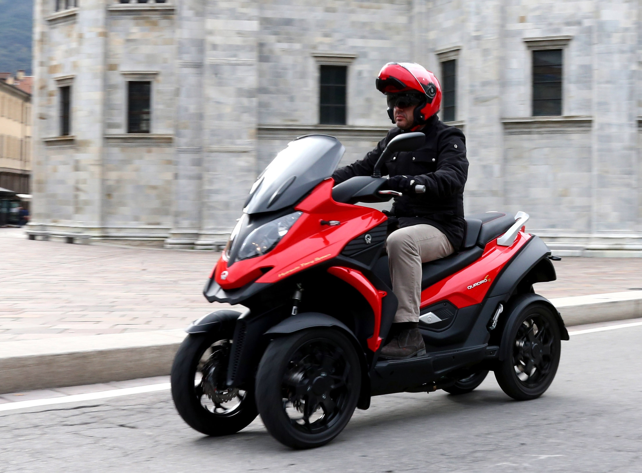 quadro 4 le 1er scooter quatre roues en concession d but 2015 photo 6 l 39 argus. Black Bedroom Furniture Sets. Home Design Ideas