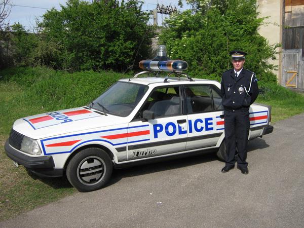 Les forces de l 39 ordre condamn es aux vieilles voitures l for Salon vieilles voitures