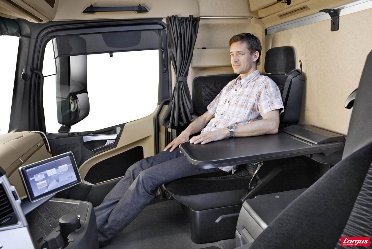 Et voici le nouveau mercedes actros photo 4 l 39 argus for Camion americain interieur cabine
