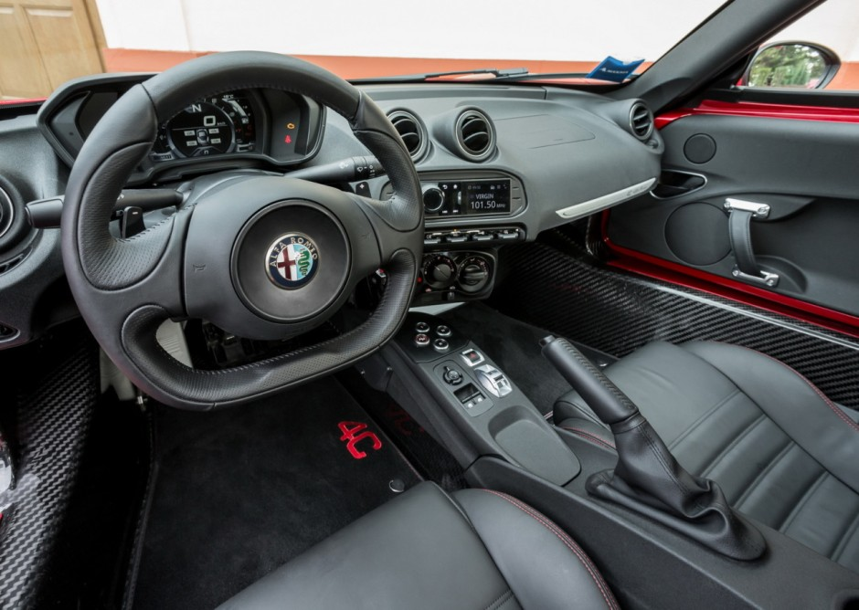 l 39 alfa romeo 4c lue plus belle voiture de l 39 ann e 2013 photo 5 l 39 argus. Black Bedroom Furniture Sets. Home Design Ideas