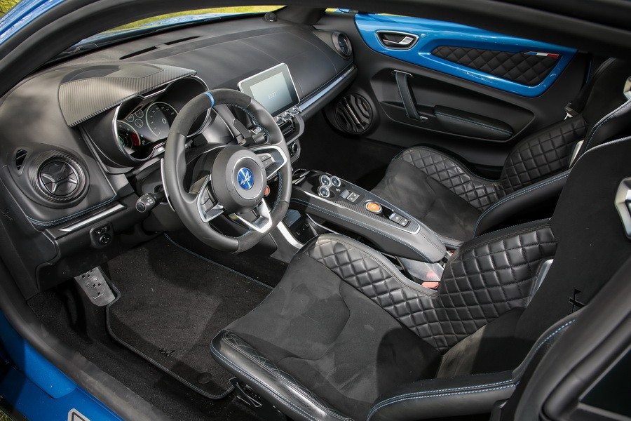 Alpine a110 2017 vs berlinette 1600 sc telle m re for Interieur alpine a110