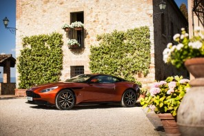 profil aston martin db11 orange statique