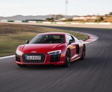Audi R8 V10 Plus 2015 rouge en essai sur circuit vue avant gauche