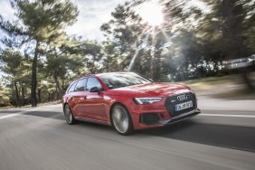 Audi RS4 Avant rouge travelling avant droit