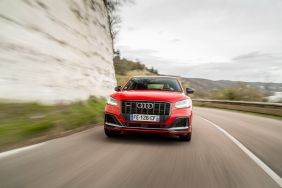 Audi SQ2 rouge travelling de face