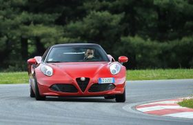 Alfa Romeo 4C rouge virage circuit travers