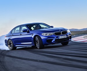 BMW M5 bleue circuit glisse drift travers 2017