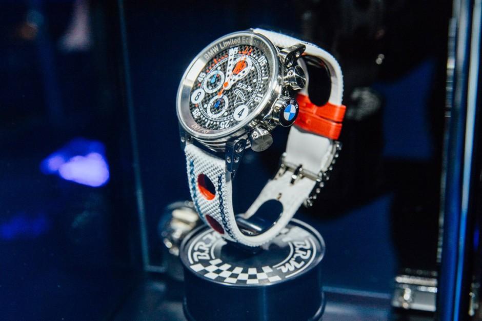une bmw m4 magny cours vendue avec une moto et une montre photo 2 l 39 argus. Black Bedroom Furniture Sets. Home Design Ideas