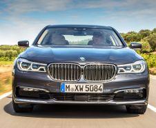 BMW S�rie 7 2015 grise roulant sur nue route vue de pleine face