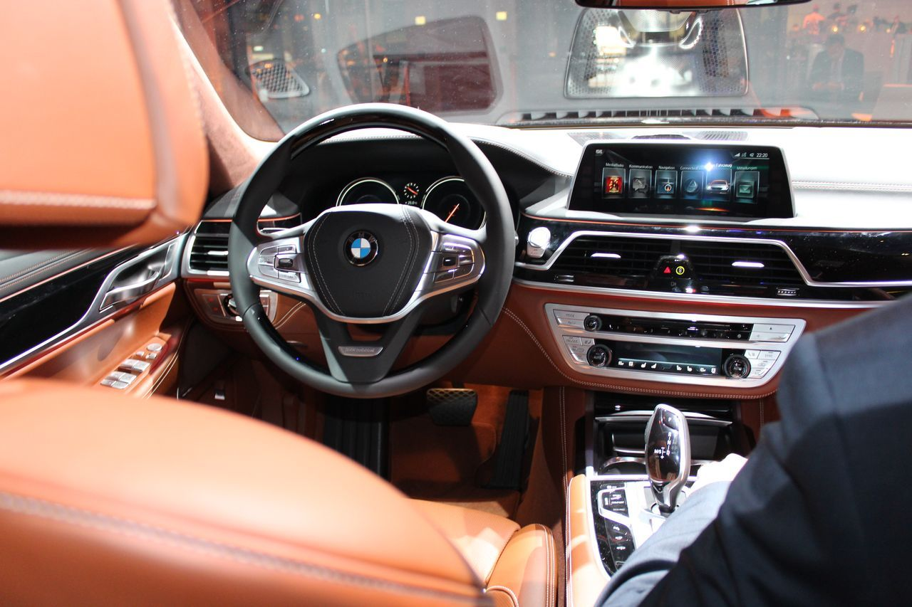 vid o bord de la nouvelle bmw s rie 7 2015 photo 8 l 39 argus. Black Bedroom Furniture Sets. Home Design Ideas
