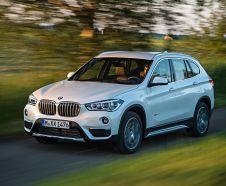 BMW X1 2015 25d xLine blanc roulant sur une route de campagne vue avant gauche