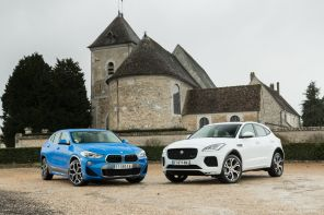 BMW X2 bleu vs Jaguar E-Pace blanc statique avant