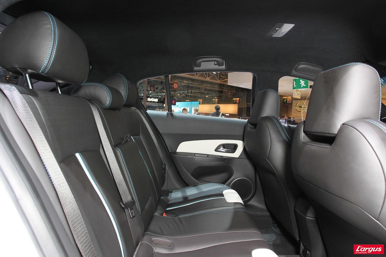 chevrolet cruze une cinq portes contre courant salon de l 39 auto 2010. Black Bedroom Furniture Sets. Home Design Ideas