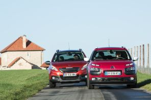 Citroën C4 Cactus Jelly Red Shine Edition 2016 et Peugeot 2008 Crossway orange roulant sur une route de campagne vue avant