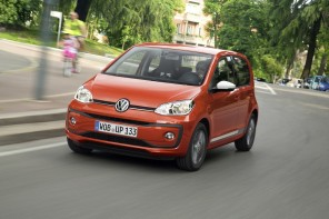 Volkswagen up! 2016 restylée : action travelling AV gauche rouge