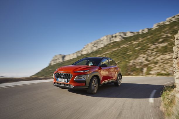 Hyundai Kona orange travelling avant gauche