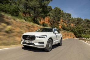 traveling 3/4 avant Volvo XC60 T8 Twin Engine