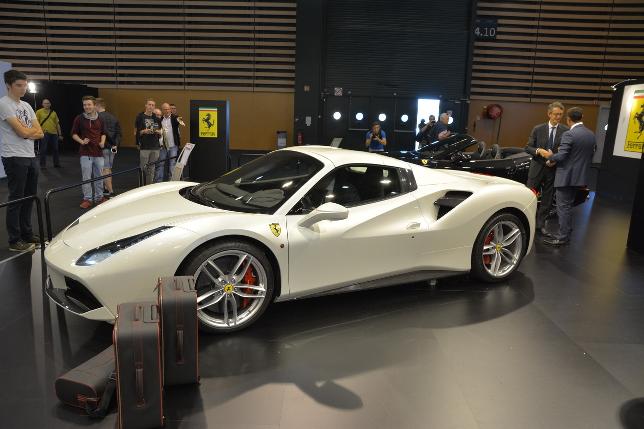 salon auto lyon 2015 bord de la ferrari 488 spider photo 5 l 39 argus. Black Bedroom Furniture Sets. Home Design Ideas