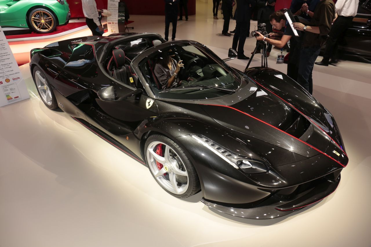 les premi res mondiales au salon de l 39 automobile de paris 2016 ferrari laferrari aperta l 39 argus. Black Bedroom Furniture Sets. Home Design Ideas