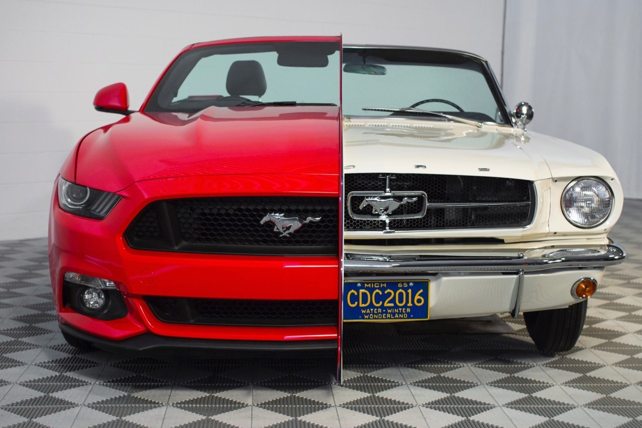 les ford mustang de 1965 et 2015 r unies dans un m me. Black Bedroom Furniture Sets. Home Design Ideas