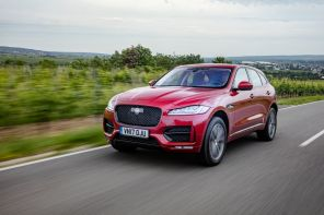 Jaguar F-Pace 25d 2017 : Action travelling AV gauche