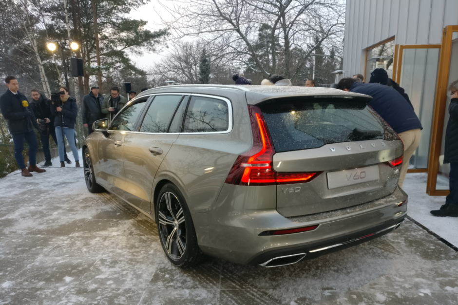 volvo v60 2 2018 les premi res images en live du break v60 photo 2 l 39 argus. Black Bedroom Furniture Sets. Home Design Ideas