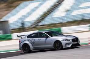 Jaguar XE SV Project 8 TRack Pack gris action avant droit sur piste