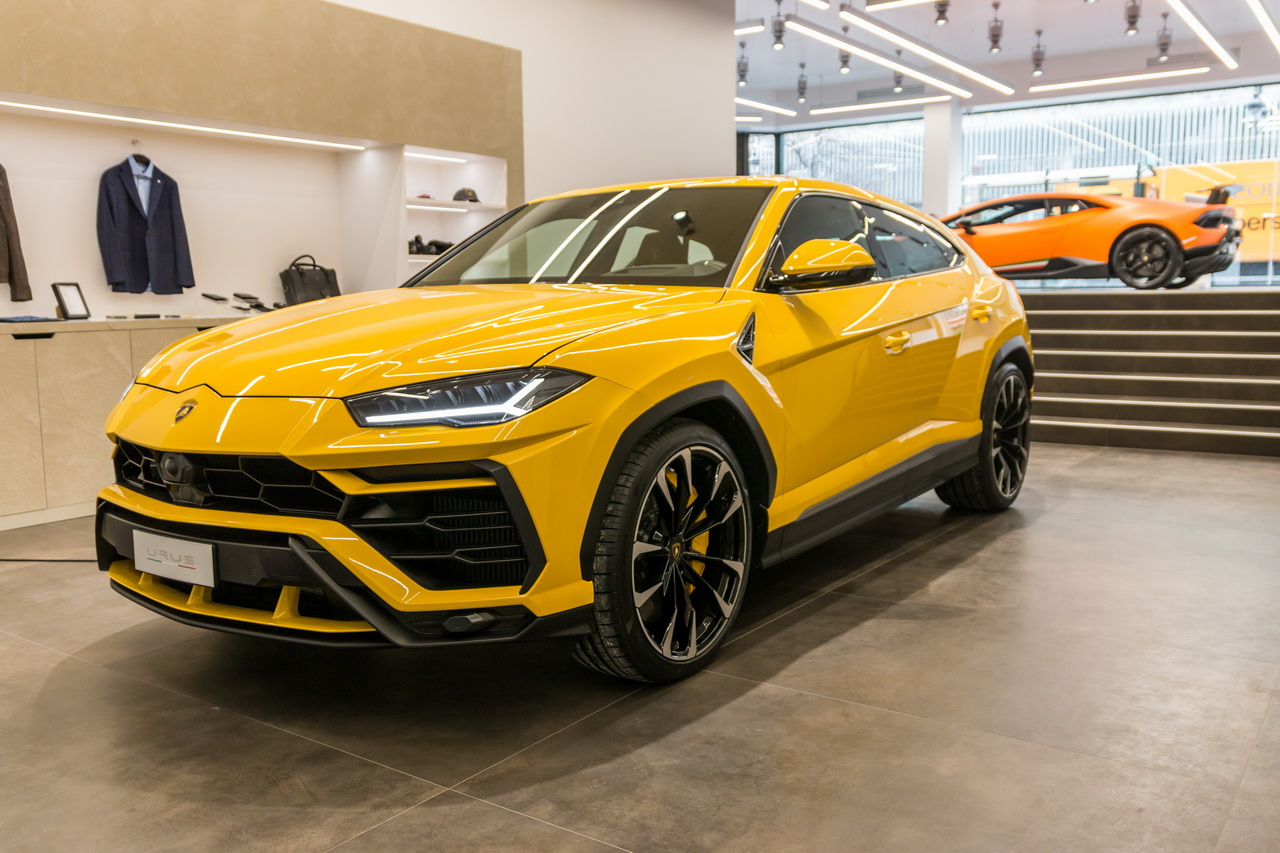 lamborghini urus premi res impressions bord du suv lamborghini lamborghini auto evasion. Black Bedroom Furniture Sets. Home Design Ideas
