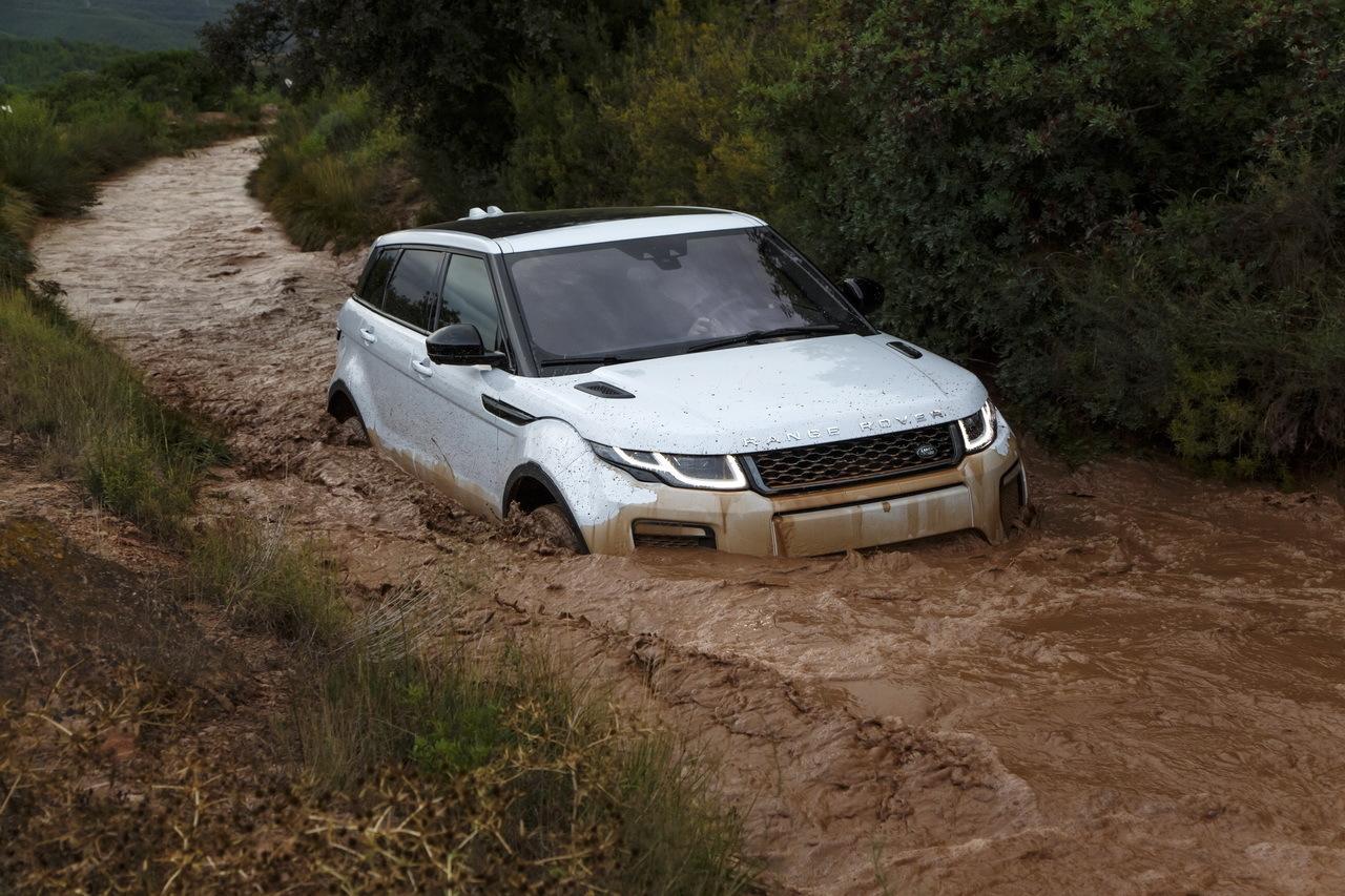 Essai 4x4 le range rover evoque restyl dans tous ses for 4x4 dans la boue