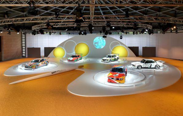 Vue d'ensemble de l'exposition 40 ans de BMW Art Cars