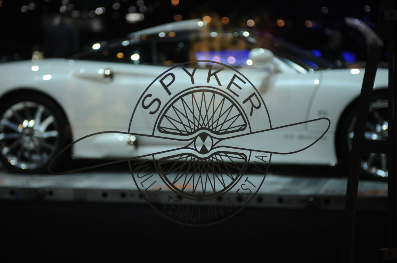 logo spyker sur un salon automobile