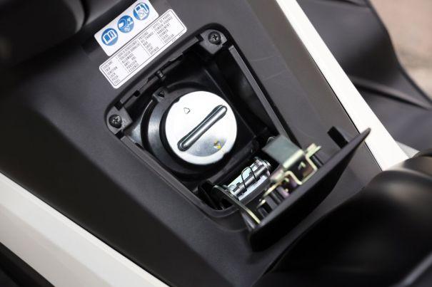 du Honda NSS 300 Forza est protégé par une trappe verrouillable