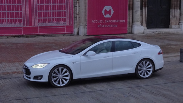 video 800 km en une journ e avec la tesla model s performance l 39 argus. Black Bedroom Furniture Sets. Home Design Ideas